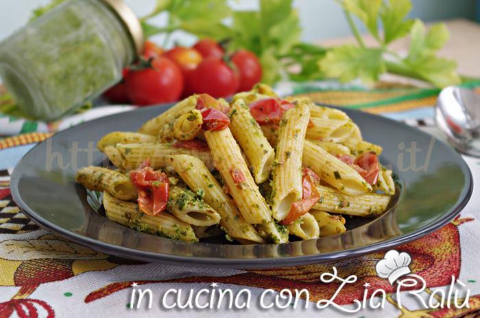 Pasta al pesto di sedano e pomodorini