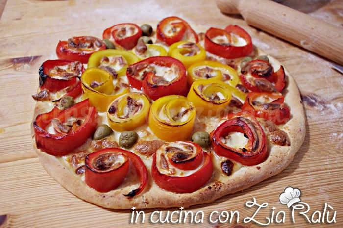 Pizza ai peperoni acciughe e olive
