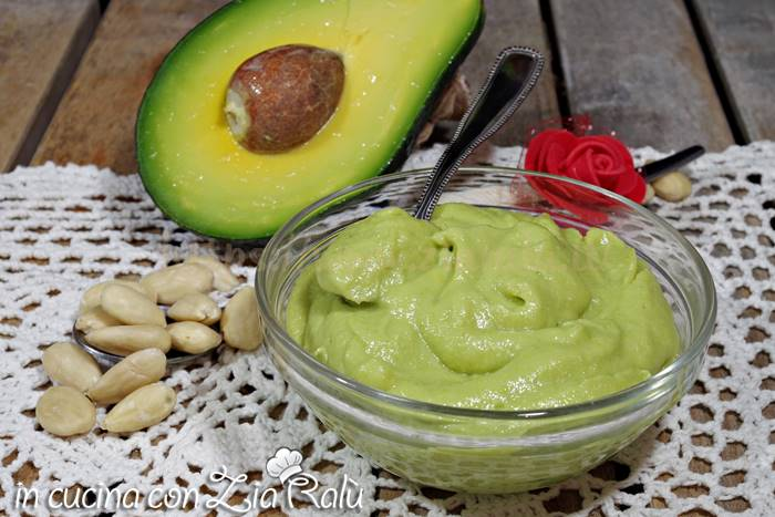 Avocadella alle mandorle - crema all'avocado