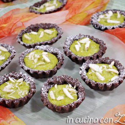 Crostatine al cacao con crema di avocado