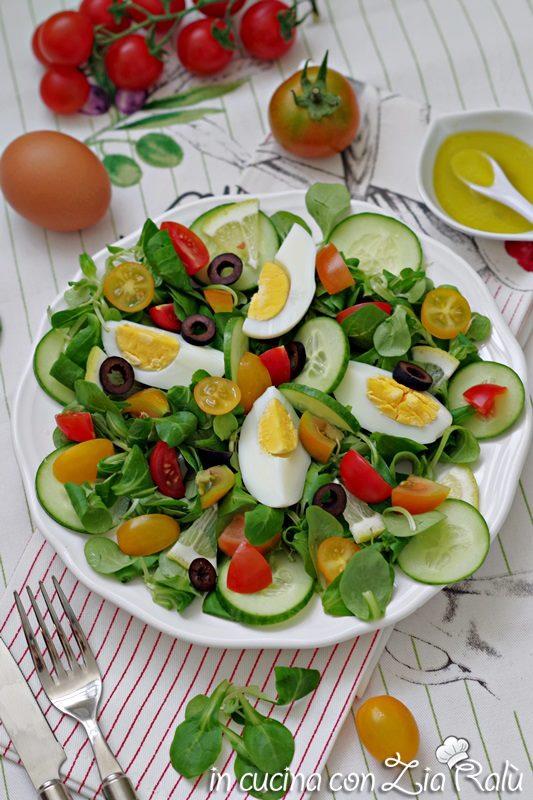 insalata con uova e verdure leggera, piatto unico