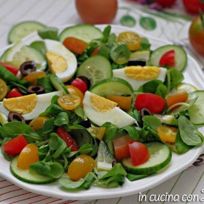 Insalata con uova e verdure leggera e gustosa