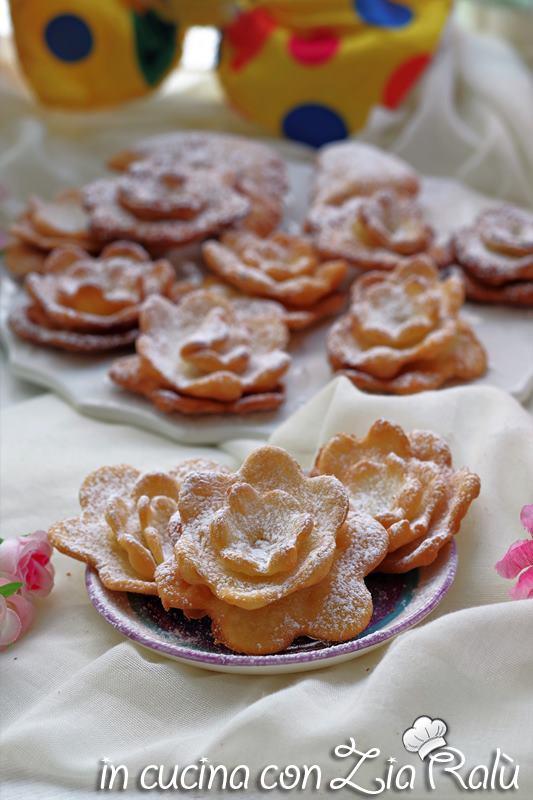 rose di carnevale fritte frappe a fiore
