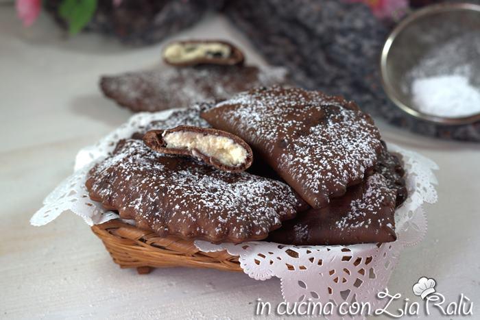 Ravioli al cacao ripieni di ricotta fritti.