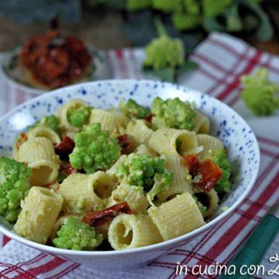 Pasta col broccolo romanesco e pomodori secchi