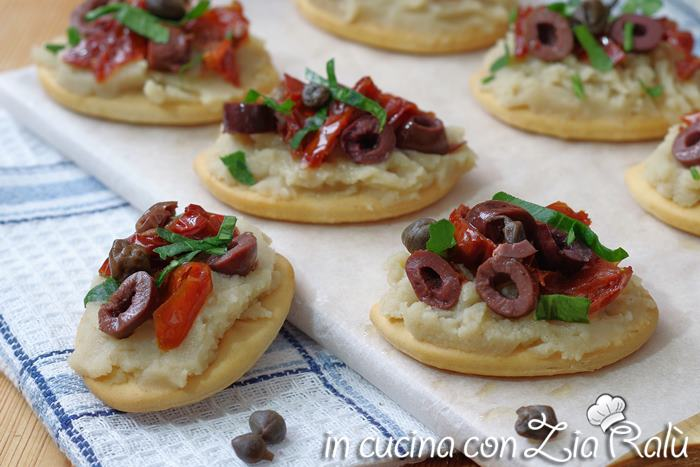 L'antipasto con purea di fave e pomodori secchi