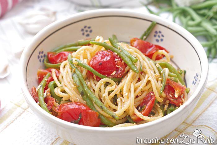 spaghetti ( o pasta ) con fagiolini alla pugliese